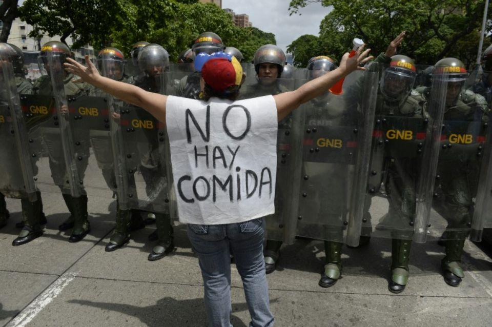 """""""Il n'y a pas à manger"""", peut-on lire sur le chasuble d'une femme à Caracas le 18 mai Photo Federico Parra . AFP"""
