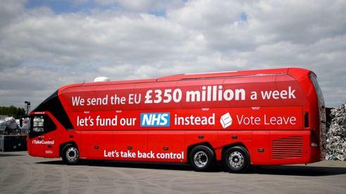 """""""Ne croyez pas ce qui est écrit sur les bus des pro-Brexit, relève la Süddeutsche Zeitung. Deux heures après le vote, Nigel Farage est revenu sur la promesse de financer le NHS avec l'argent versé à l'UE."""""""